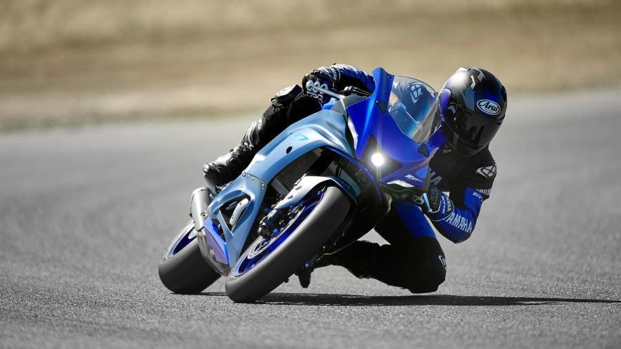 Yamaha R7 usa o mesmo motor da naked MT-07, mas tem suspensão invertida ajustável e freios radiais na dianteira - Divulgação
