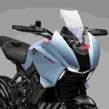 Carenagem frontal com para-brisa garante conforto e proteção na estrada - Divulgação