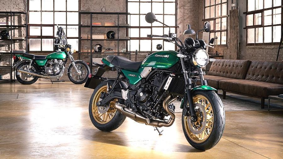 Nova Kawasaki Z 650 RS tem linhas clássicas inspiradas na Z 650-B1 de 1977 (ao fundo)  - Divulgação