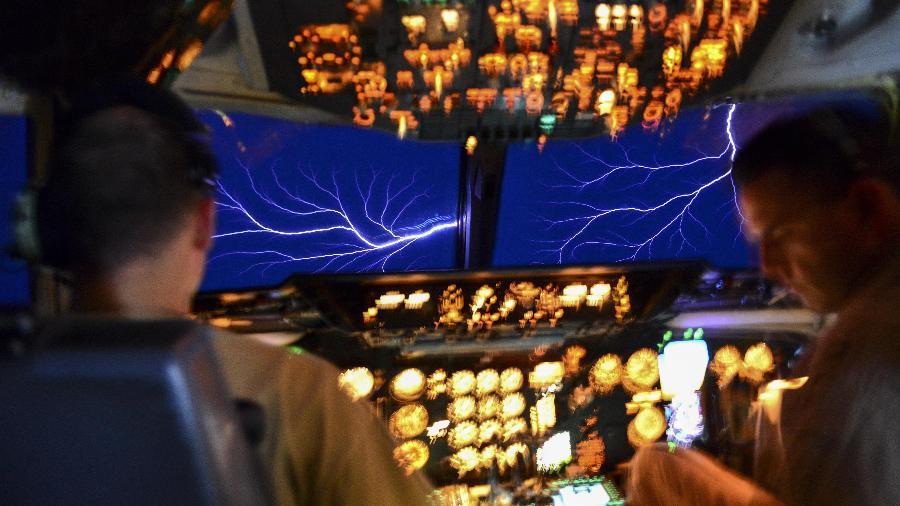 Fogo de Santelmo é um fenômeno observado em mastros de navio e, também, em aviões, e se assemelham a pequenos raios - Brian Kelly/USAF