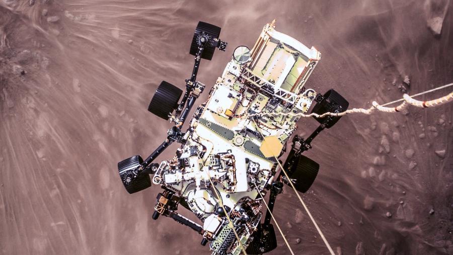 Imagem real do pouso do rover Perseverance, mostrando a superfície de Marte e o robô durante a amartissagem. Processamento pelo astrônomo Juan Carlos Muñoz - Nasa/ JPL-Caltech/ Juan Carlos Muñoz