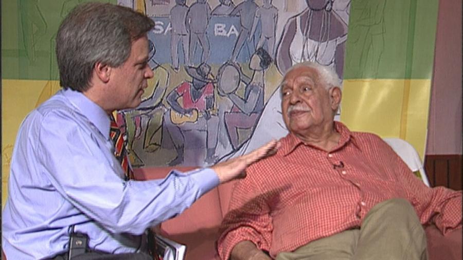 O jornalista Chico Pinheiro entrevista o cantor Dorival Caymmi, em 2000, para GloboNews - Reprodução