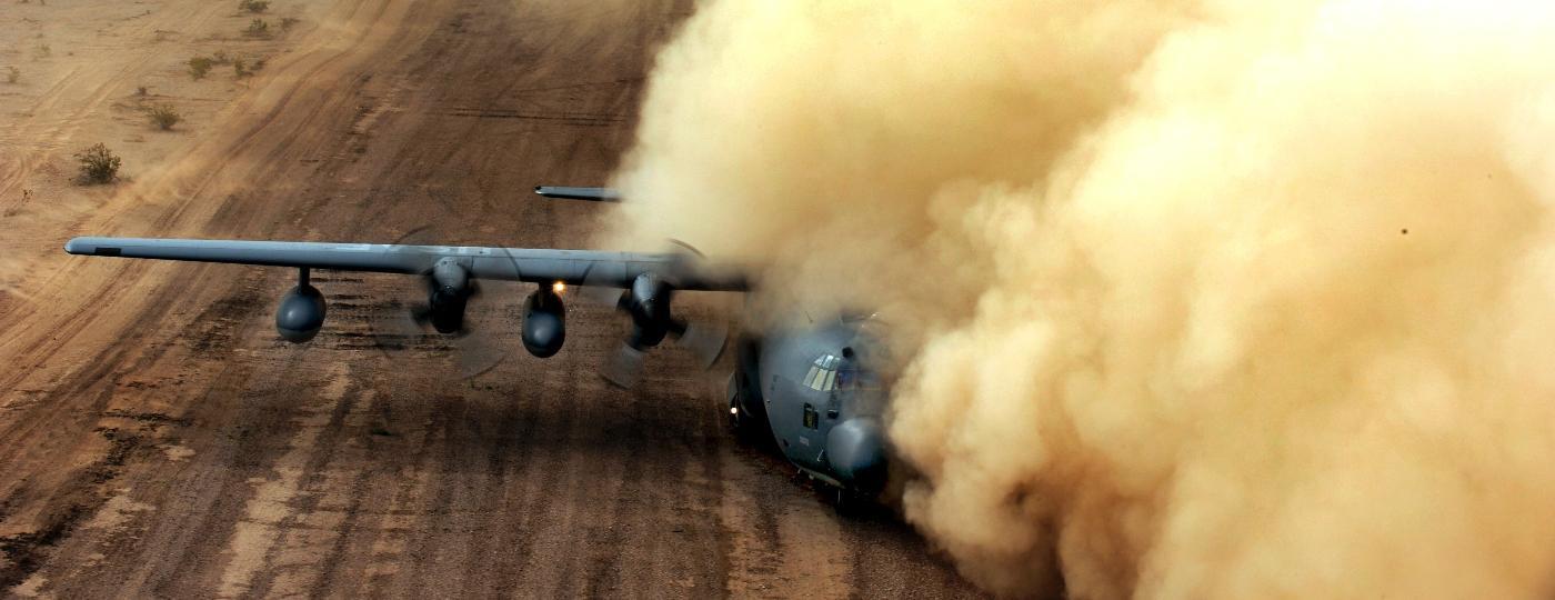 Avião HC-130 Hercules em meio a nuvem de poeira e areia causada por um helicóptero - Sgt. Joshua L. DeMotts/Força Aérea dos EUA