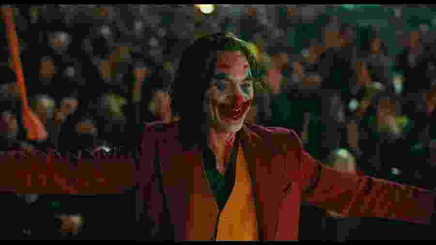 """Joaquin Phoenix enlouquece em meio à multidão em """"Coringa"""" - Warner"""