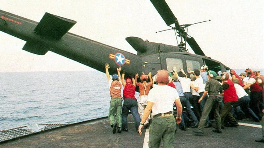 Helicóptero UH-1 Huey sendo jogado ao mar ao final da Guerra do Vietnã, durante a operação Vento Constante - Divulgação/Marinha dos EUA