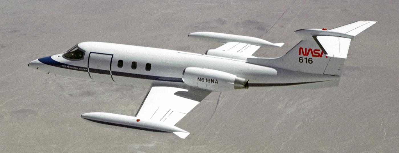 Learjet 25 da Nasa, com tanques de combustível na ponta da asa - Nasa