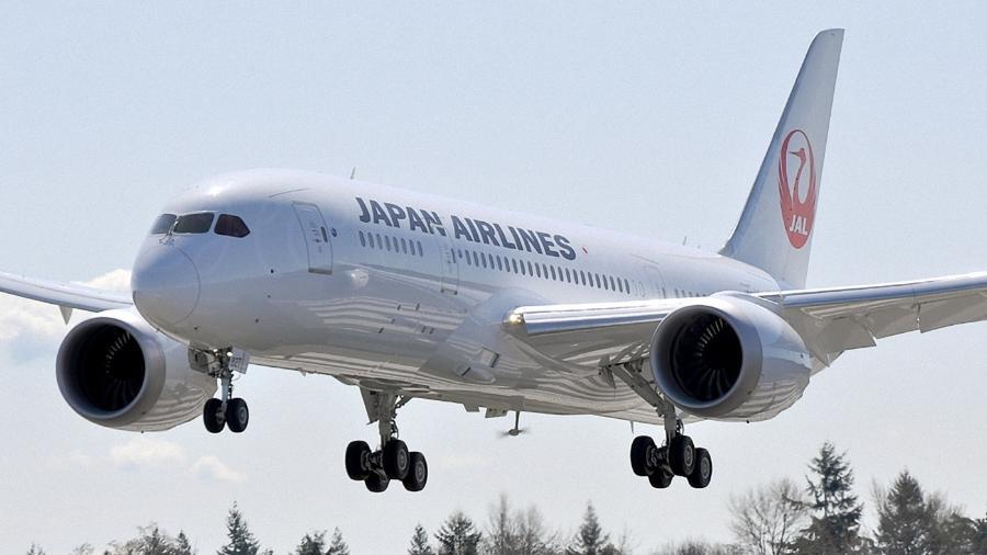 Avião se aproxima para pouso com a hélice do gerador eólico do avião, conhecido como RAT, em funcionamento - Divulgação/Calvin Chan