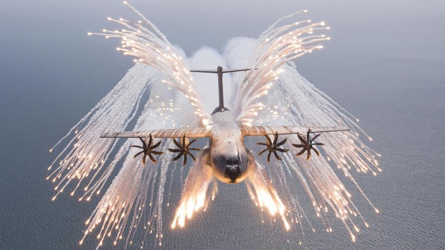 Avião Airbus A400M, como o do Afeganistão, dispara flares para despistar mísseis que rastreiam calor por ondas infravermelhas - Divulgação/Airbus