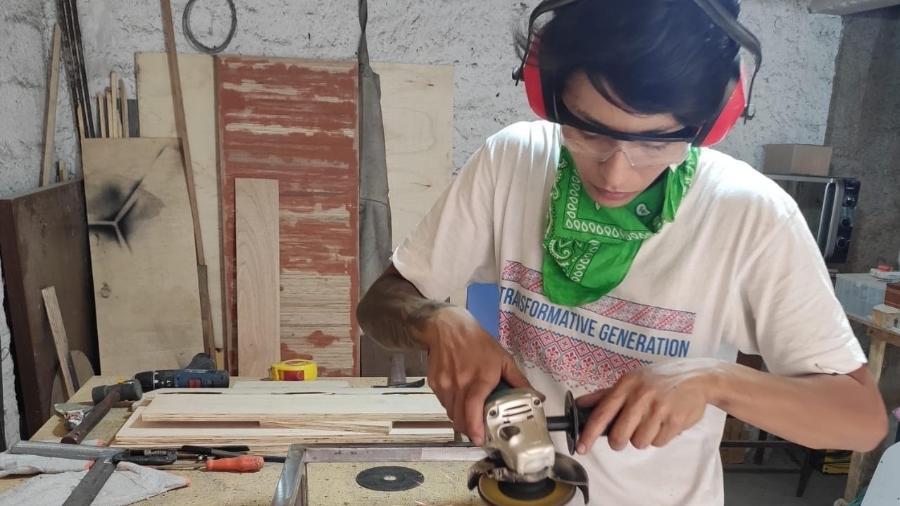 Com as atividades culturais paralisadas pela pandemia, a cenotécnica e arte-educadora Katiana Aleixo improvisou um estúdio de serralheria para fabricar móveis e outras encomendas na casa da mãe, em Guarulhos - Katiana Aleixo/Acervo pessoal