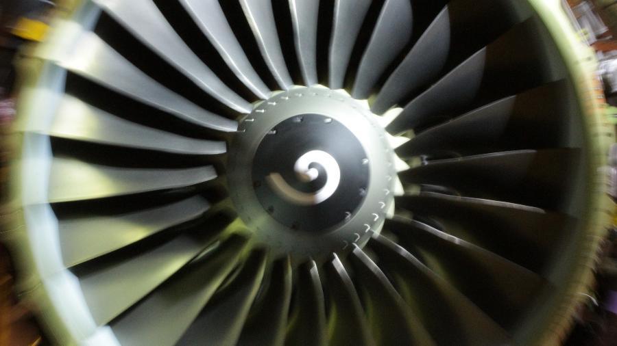 Impacto com o interior de um motor a jato em funcionamento é fatal - Alexandre Saconi