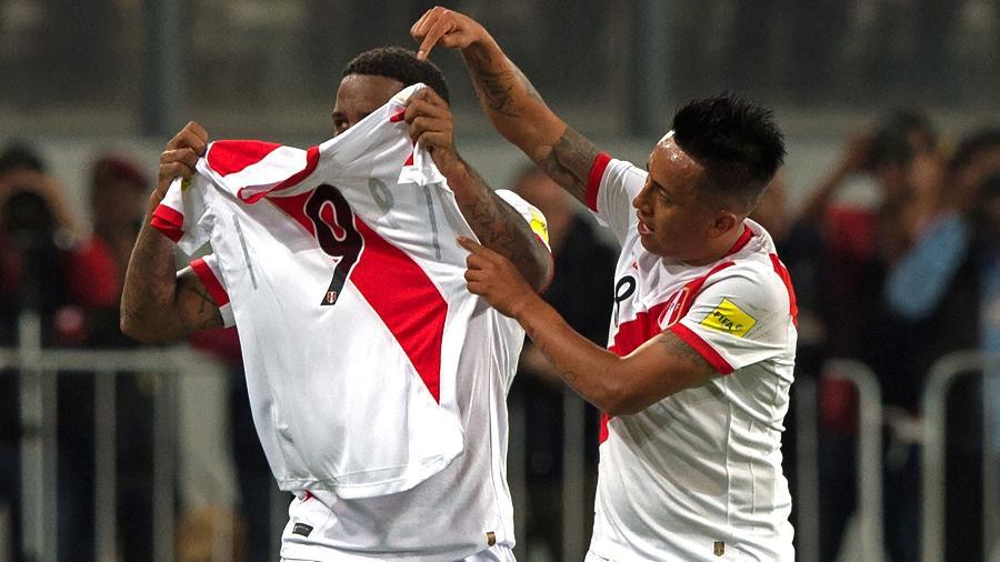 Farfan exibe camisa de Guerrero após gol com seleção peruana - AFP PHOTO / ERNESTO BENAVIDES