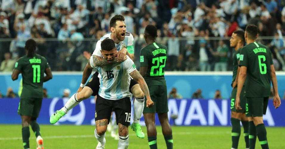 Messi pula nas costas de Marcos Rojo para comemorar o gol