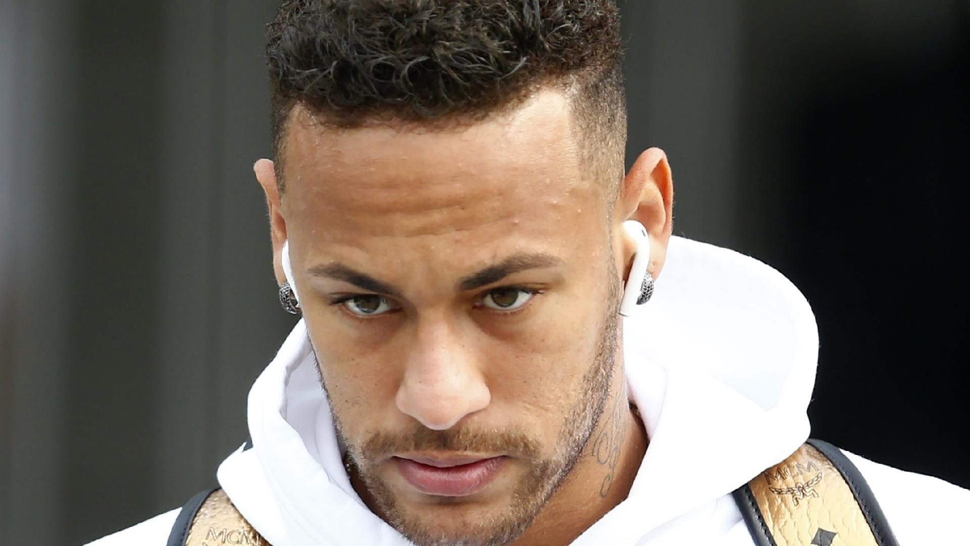 O atacante Neymar na saída da seleção brasileira do hotel em Kazan