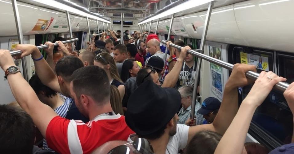 Metrôs lotados na ida ao estádio de São Petersburgo. Maioria dos torcedores é russa