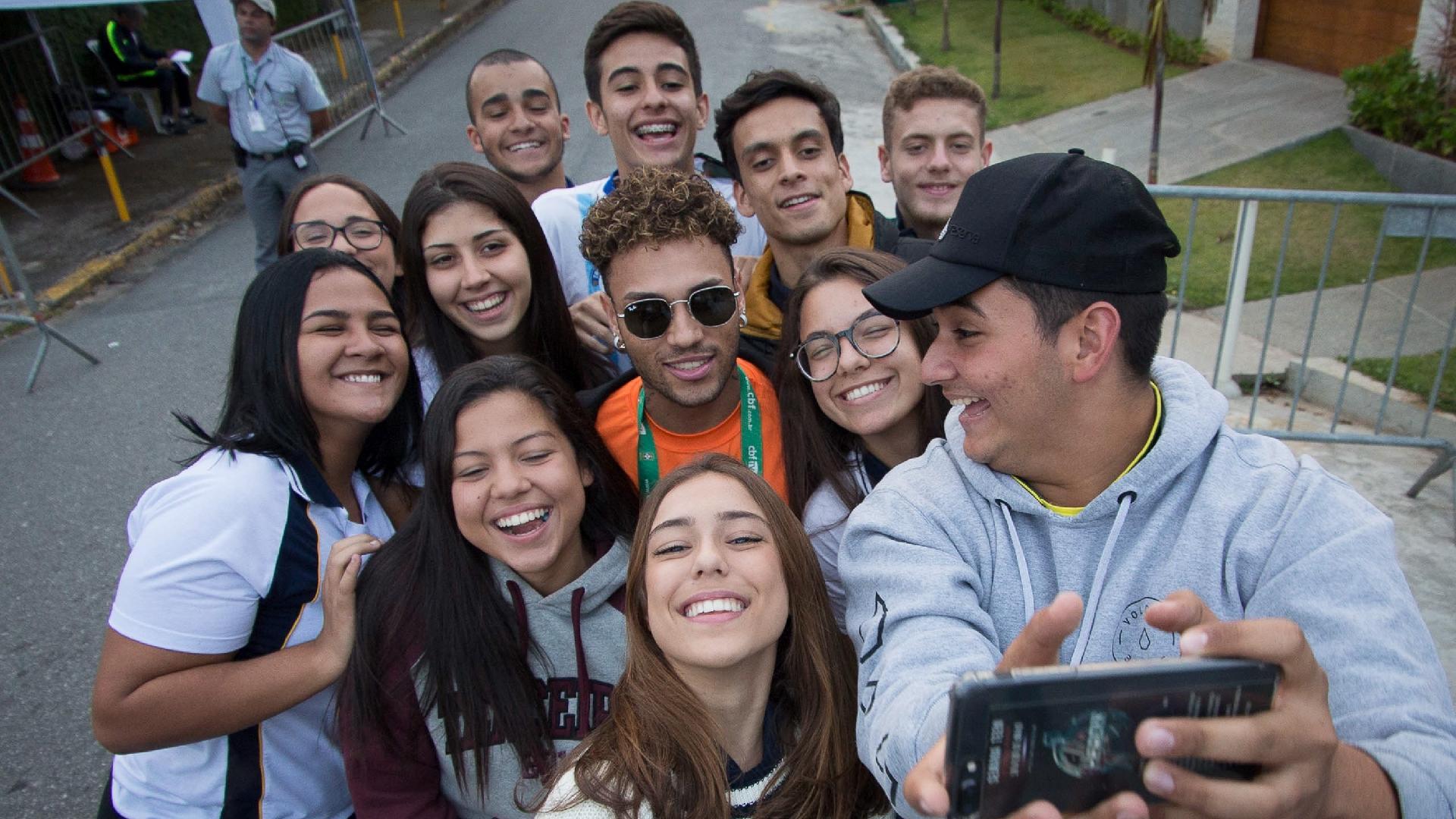 Gabriel Lucas, sósia de Neymar, tira foto com fãs na Granja Comary