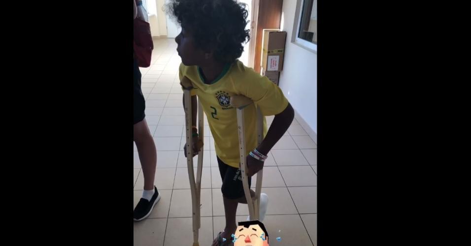 Isago, filho de Thiago Silva, aparece de muletas na Rússia