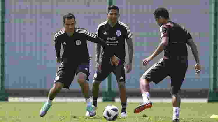 Rafael Márquez (à esquerda) usa uniforme sem patrocinadores no peito 69f451d6756a6