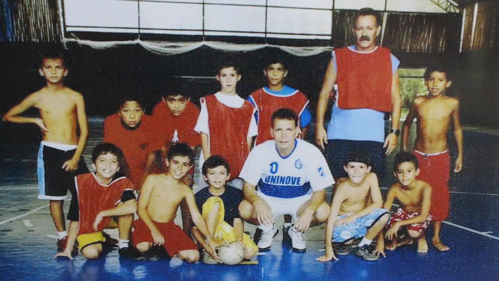 Marquinhos (primeiro agachado à direita) nos tempos de escola