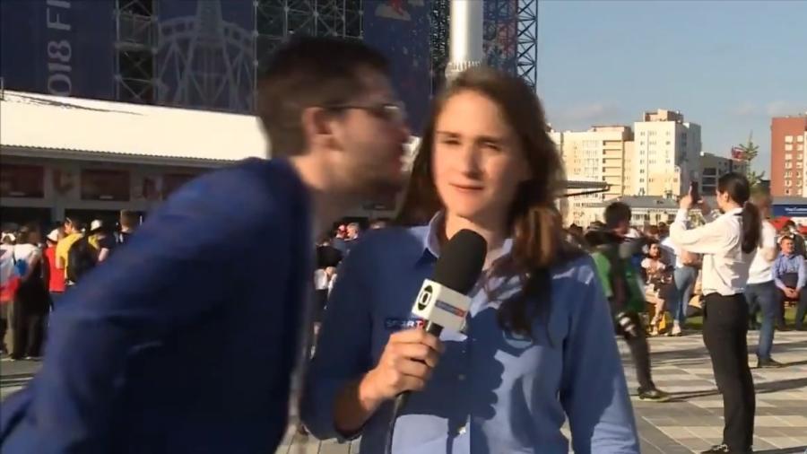 Torcedor tenta beijar repórter Julia Guimarães, da TV Globo - Reprodução/Twitter