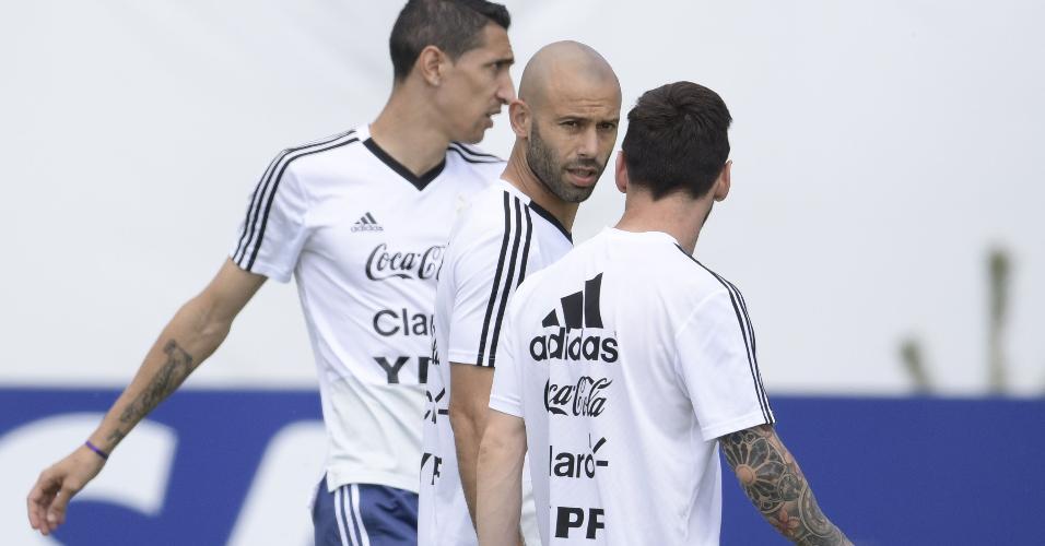 Javier Mascherano com Lionel Messi e Angel di Maria em treino da Argentina