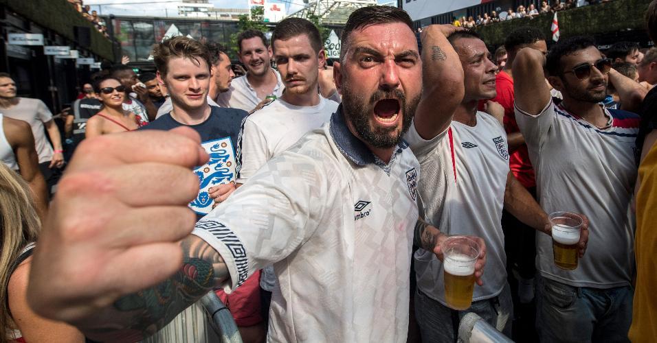 Torcedor inglês posa para foto durante o jogo entre Inglaterra e Suécia, pelas quartas da Copa do Mundo