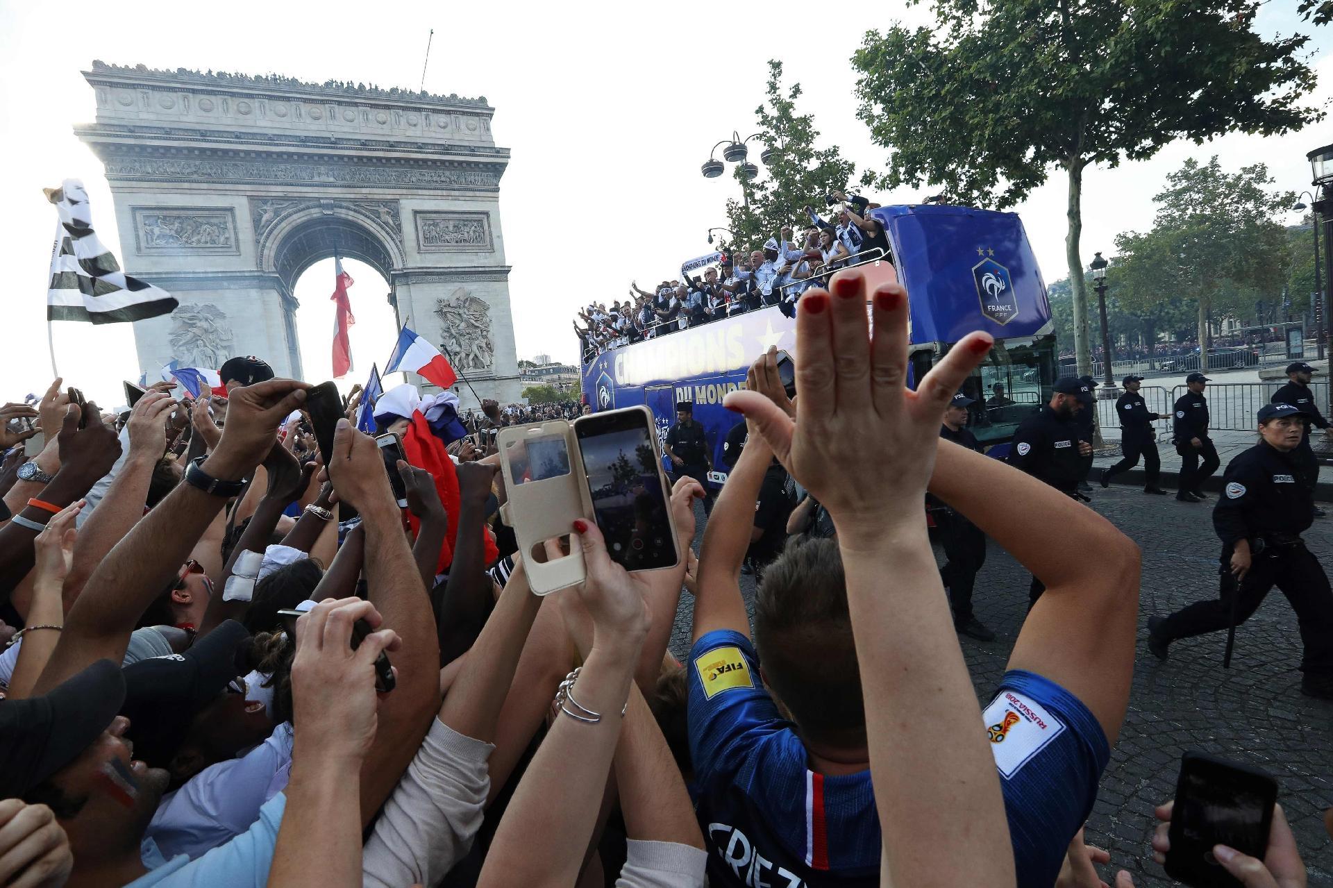 Copa do Mundo 2018  Pogba comanda a festa da França e puxa canto
