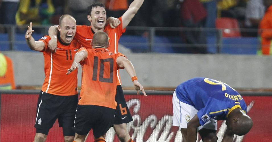Jogadores da Holanda comemoram gol marcado contra o Brasil, na Copa do Mundo de 2010