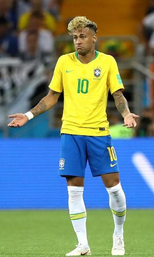 Neymar gesticula durante jogo de estreia da seleção brasileira, contra a Suíça