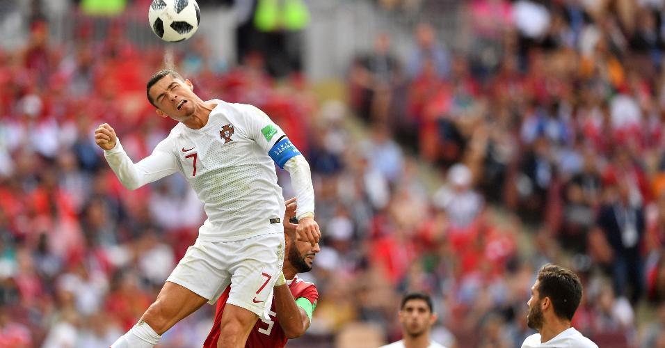 Cristiano Ronaldo salta durante Portugal x Marrocos