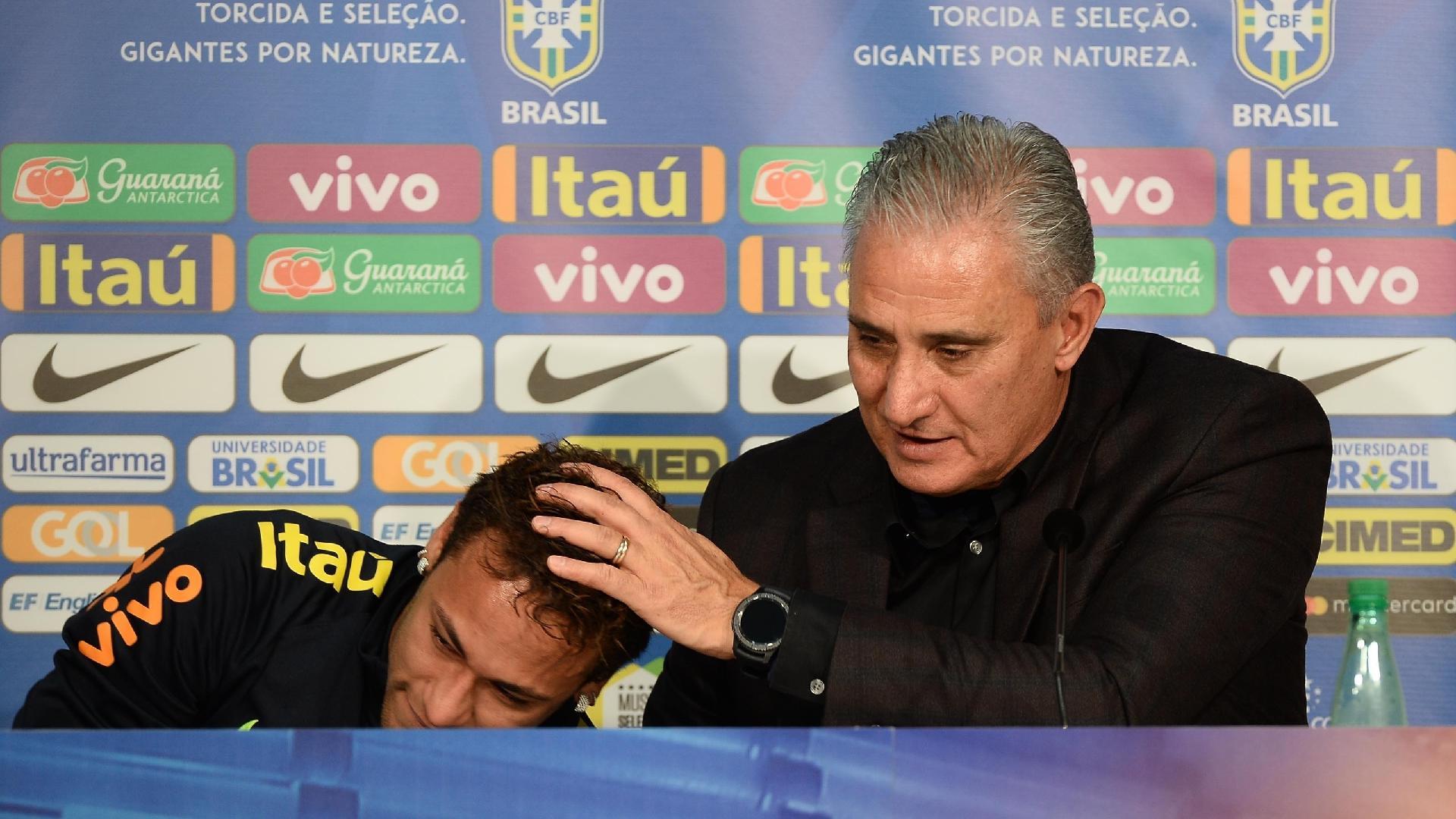 Tite consola Neymar durante coletiva emocionada do jogador, após a vitória do Brasil sobre o Japão