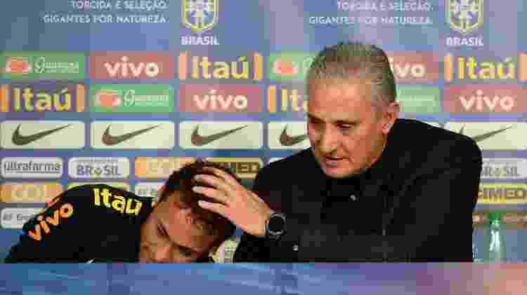 Tite consola Neymar durante coletiva emocionada do jogador, após a vitória do Brasil sobre o Japão - Pedro Martins/ MoWa Press - Pedro Martins/ MoWa Press