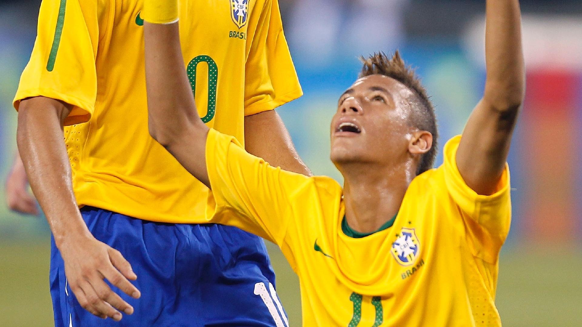 Ganso e Neymar comemoram gol da seleção brasileira contra os Estados Unidos, em 2010