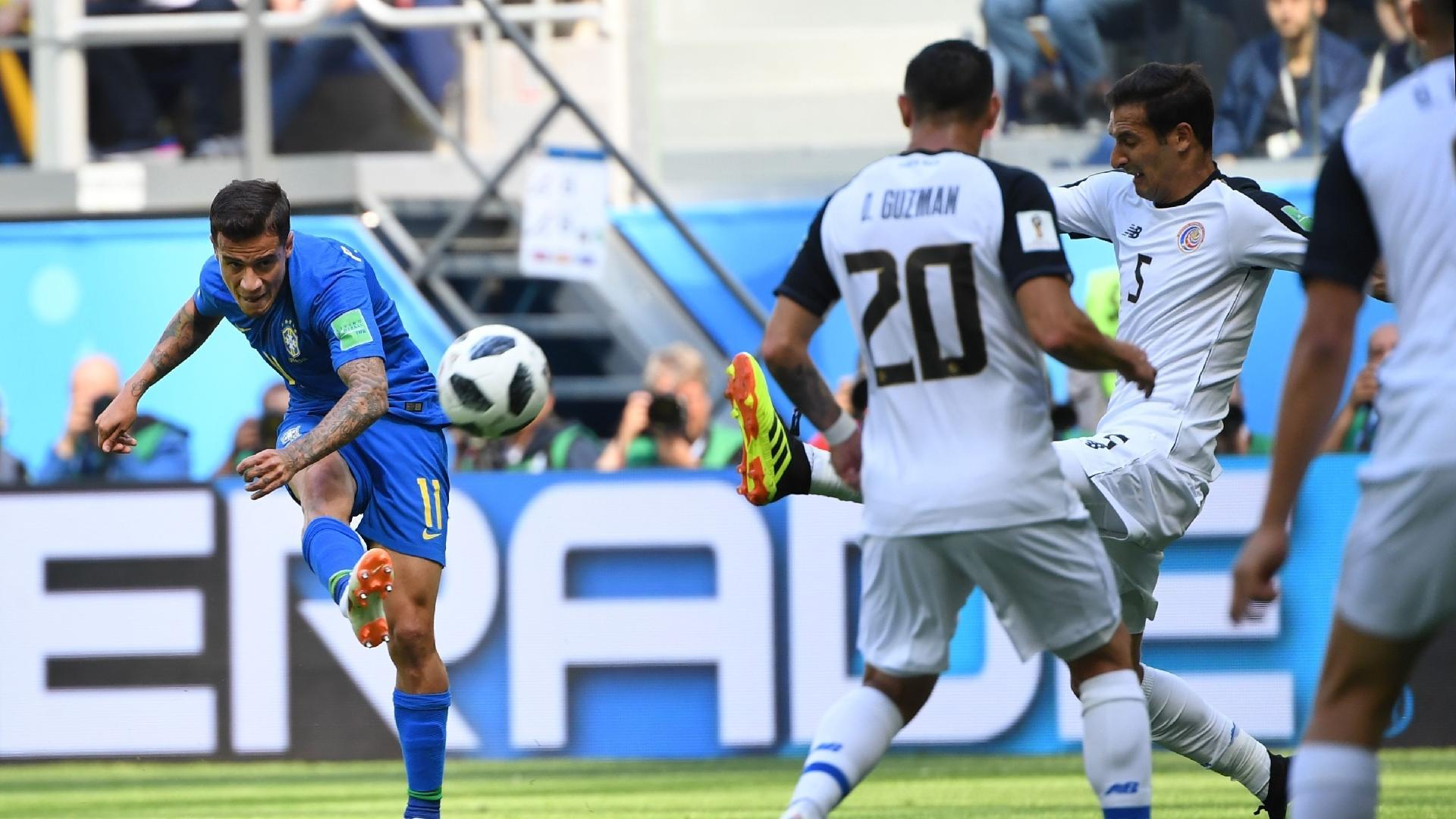 Coutinho arrisca o chute durante a partida entre Brasil e Costa Rica