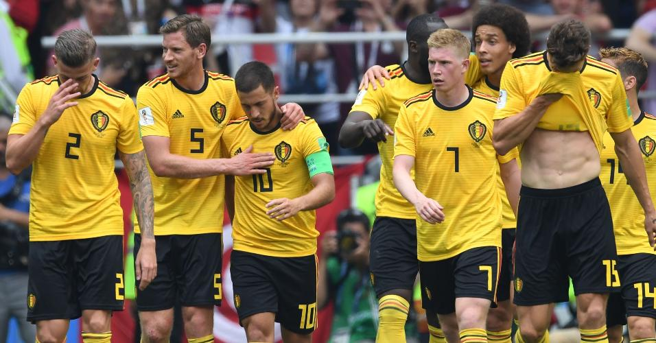 Jogadores da Bélgica comemoram gol de Hazard durante partida da Copa do Mundo contra a Tunísia