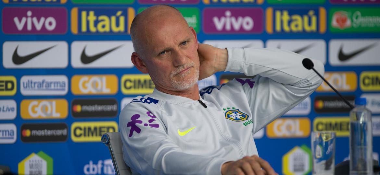 Taffarel durante entrevista coletiva; preparador mostrou preocupação com a bola da Copa - Pedro Martins/MoWA Press