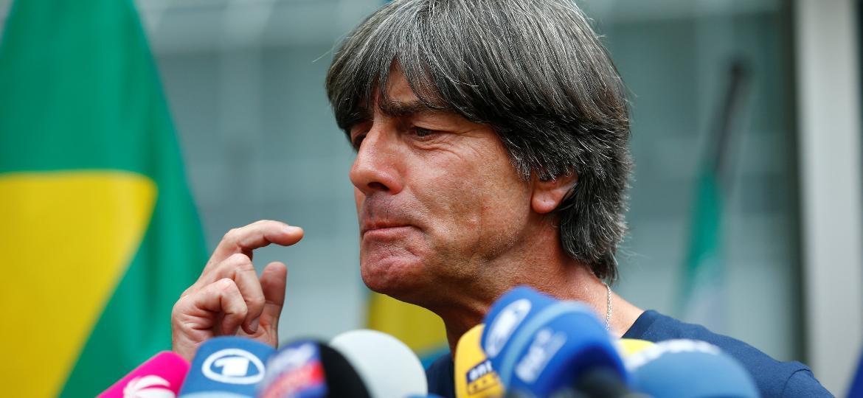 Joachim Low concede entrevista no retorno do elenco à Alemanha após eliminação na Copa - Reuters