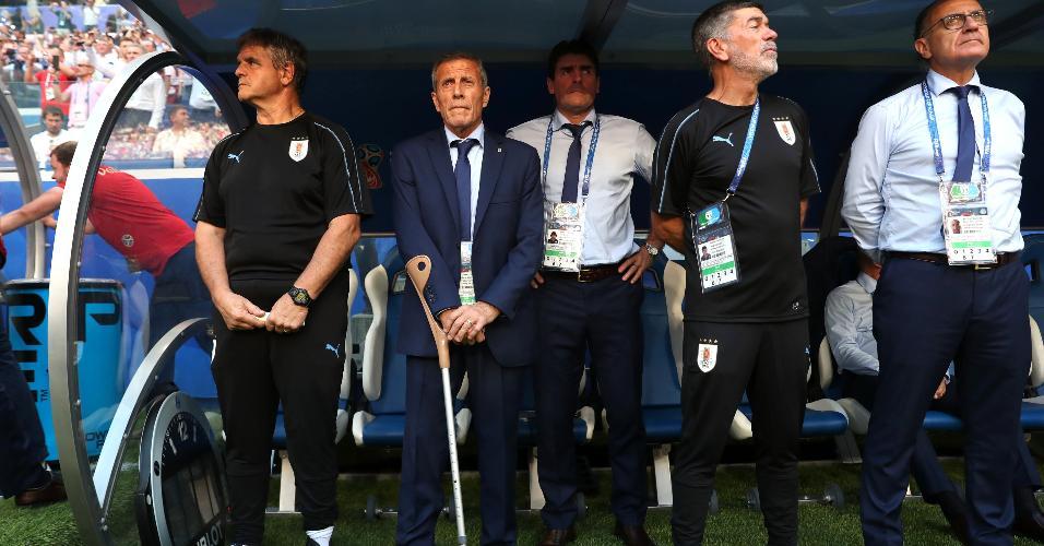 Comissão técnica do Uruguai comandada por Oscar Tabarez em jogo contra a Rússia