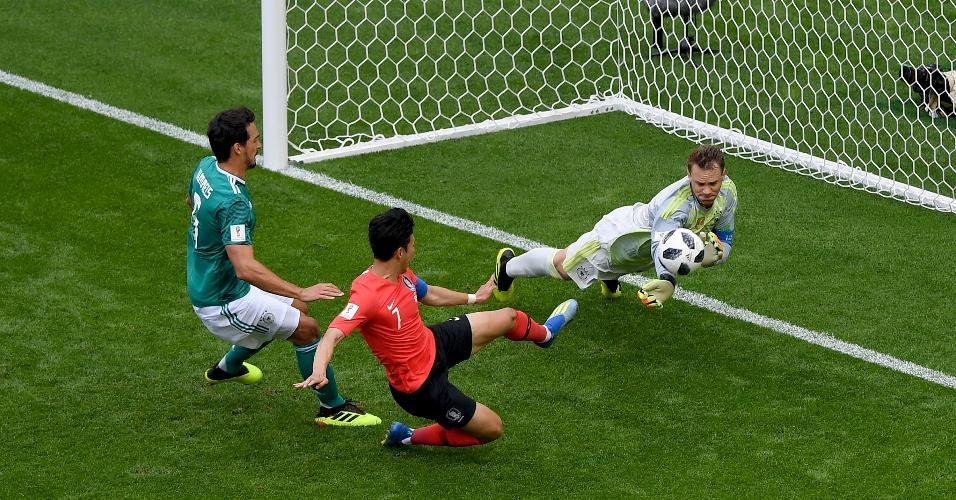 Neuer quase leva um frango, mas consegue se recuperar