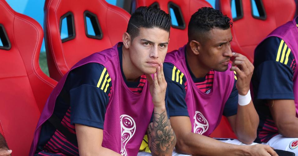 James Rodriguez no banco durante o primeiro tempo de Colômbia x Japão