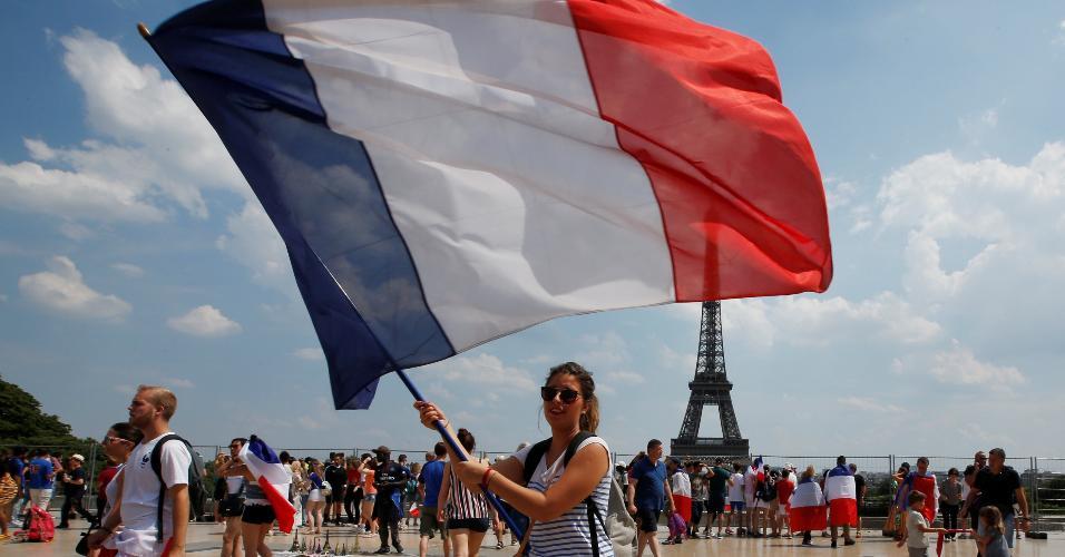 Torcedora balança a bandeira da França antes da final da Copa do Mundo