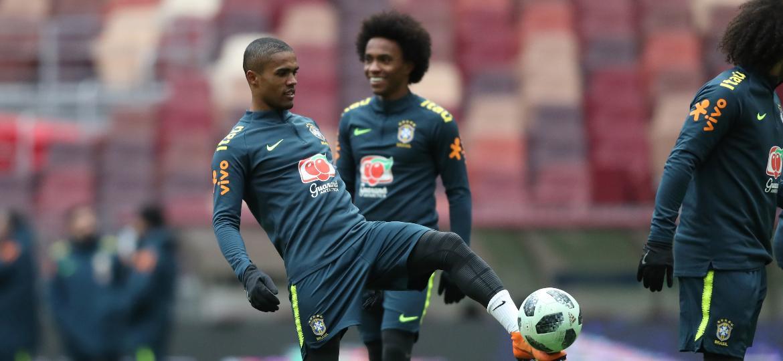 Douglas Costa, que substituirá Neymar, em treino de véspera do Brasil em Moscou - Lucas Figueiredo/CBF