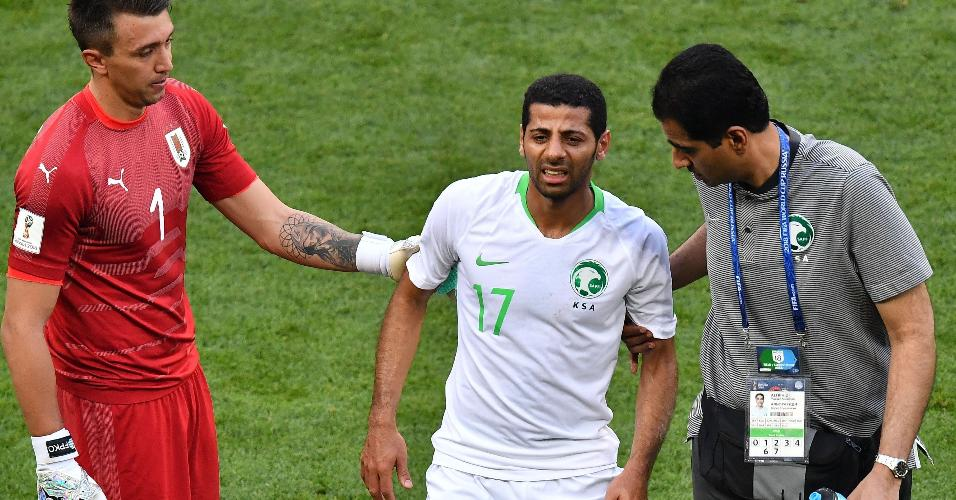 Taisir Al-Jassim, da Arábia Saudita, deixa o campo após sentir lesão em jogo contra o Uruguai