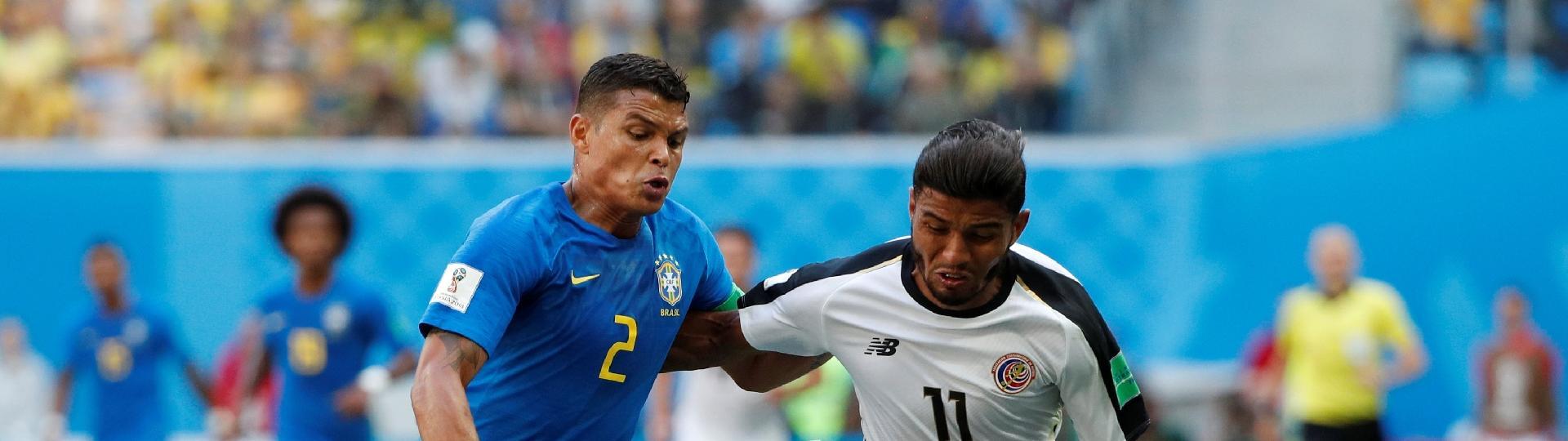 O zagueiro Thiago Silva disputa lance com Venegas no jogo entre Brasil e Costa Rica