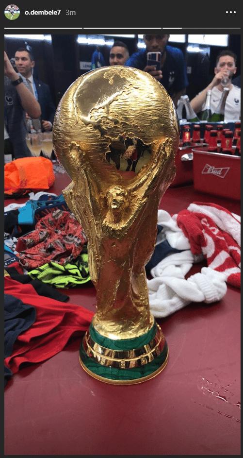 Jogadores franceses comemoram título no vestiário com taça da Copa