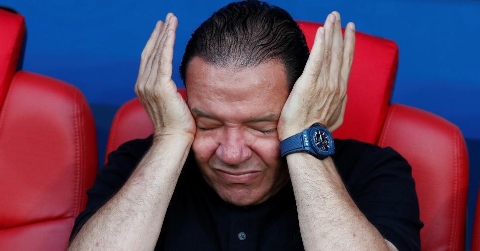 Técnico Nabil Maaloul chora durante hino antes de duelo Bélgica x Tunísia