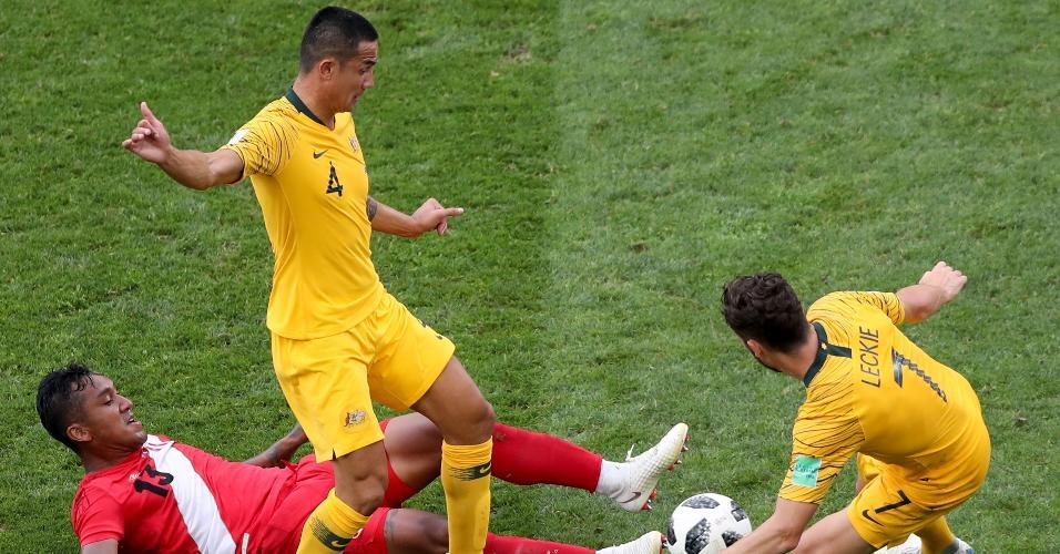 Tim Cahil e Mathew Leckie, da Austrália, disputam a bola com Renato Tapia, do Peru