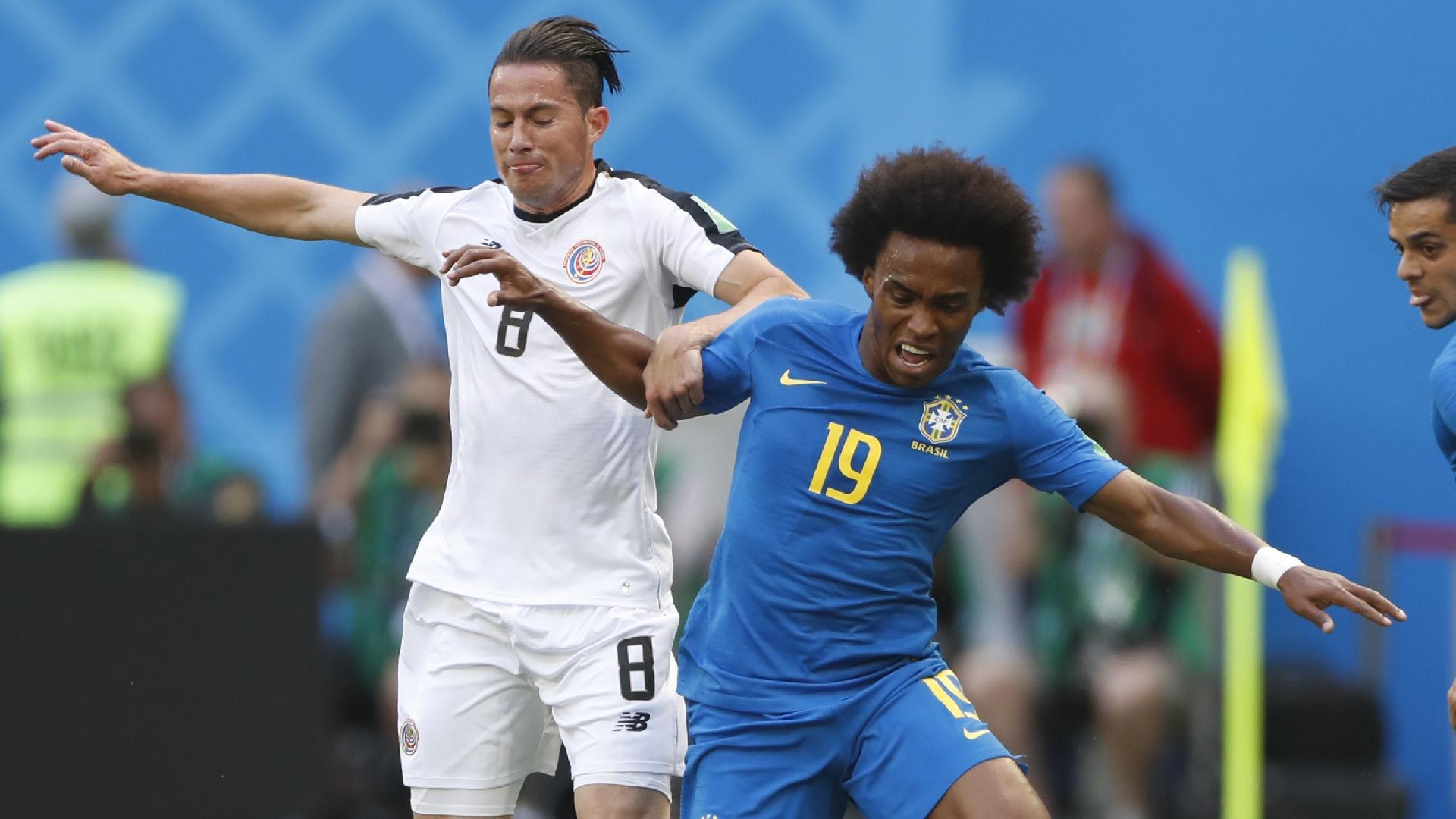 Willian disputa a bola com Bryan Oviedo, durante a partida entre Brasil e Costa Rica