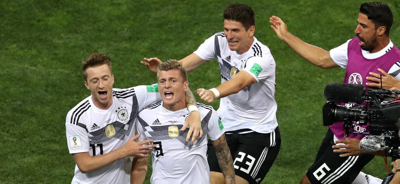 Toni Kroos salva a Alemanha em Sochi com gol de falta nos minutos finais - Michael Steele/Getty Images