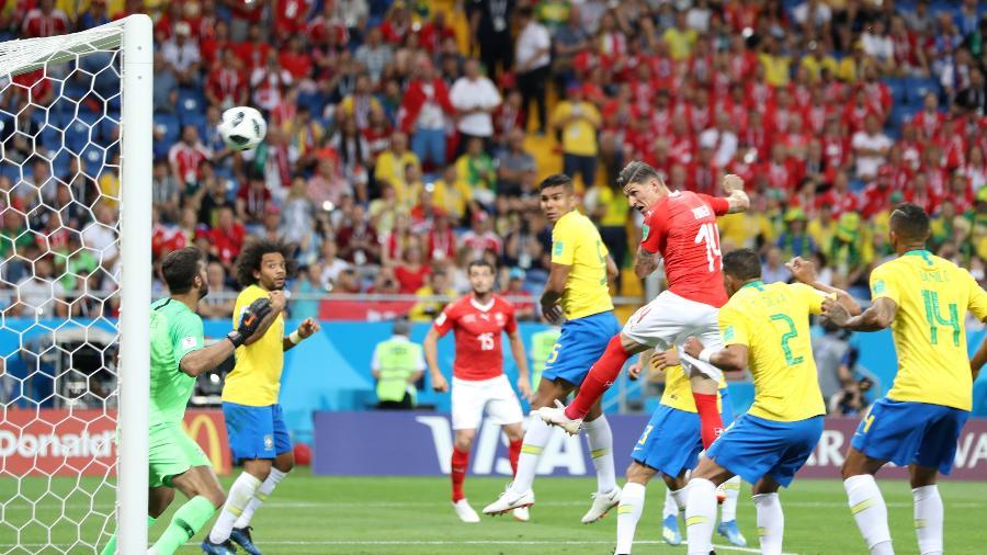 Suíço Steven Zuber marca de cabeça na partida contra o Brasil - Xinhua/Lu Jinbo