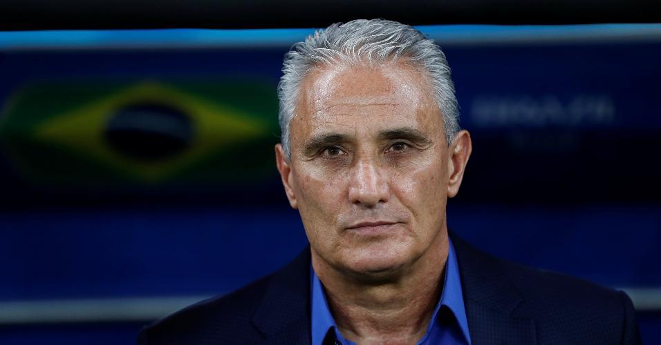 Tite acompanha o jogo entre Brasil e Suíça